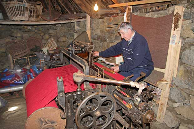 Weaving Harris Tweed at Gearrannan Black House Village