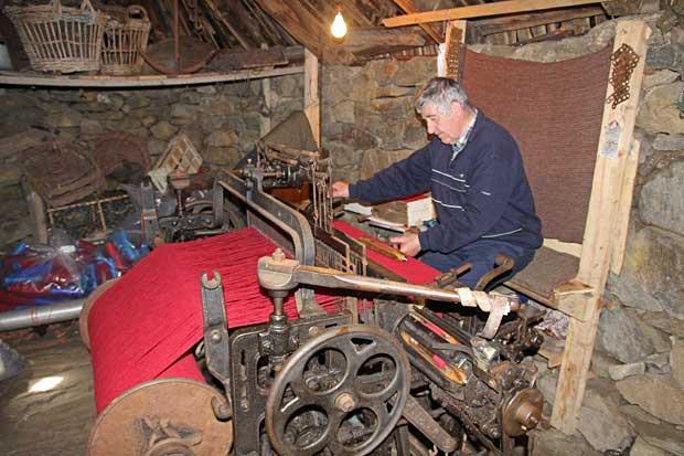 Weaving Harris Tweed at Gearrannan Black House Village